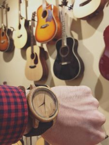 Reloj de madera Cockney negro