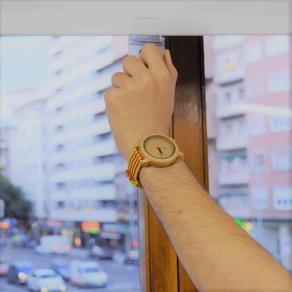 Reloj de madera de bambú con correa de banderas