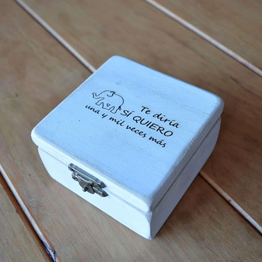 Caja rectangular de madera personalizable para anillos de boda