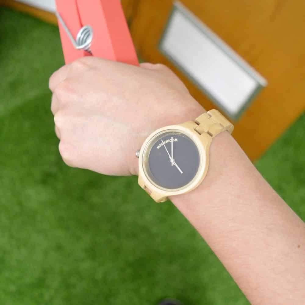 Reloj de madera de bambú negro y claro modelo Burakku