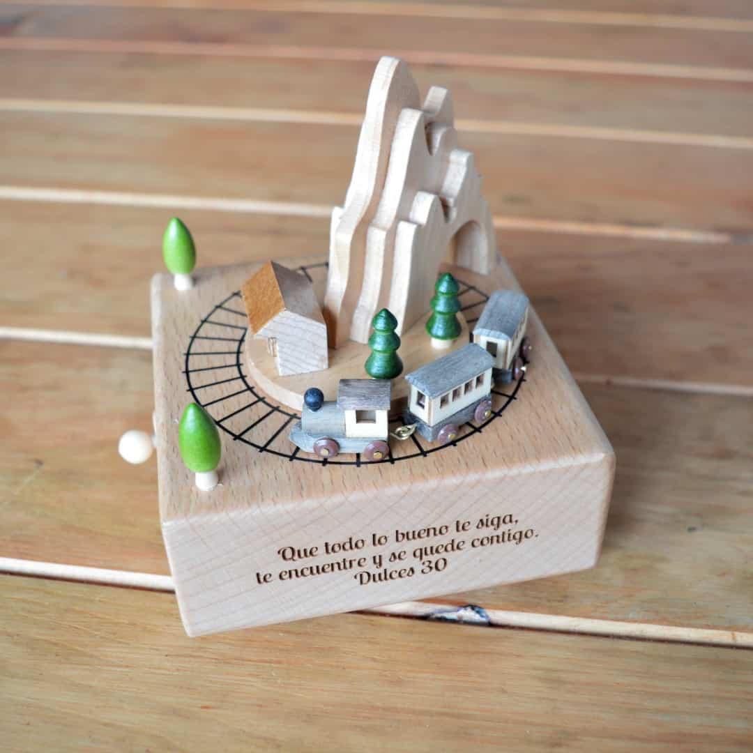 Caja de música de madera con tren giratorio