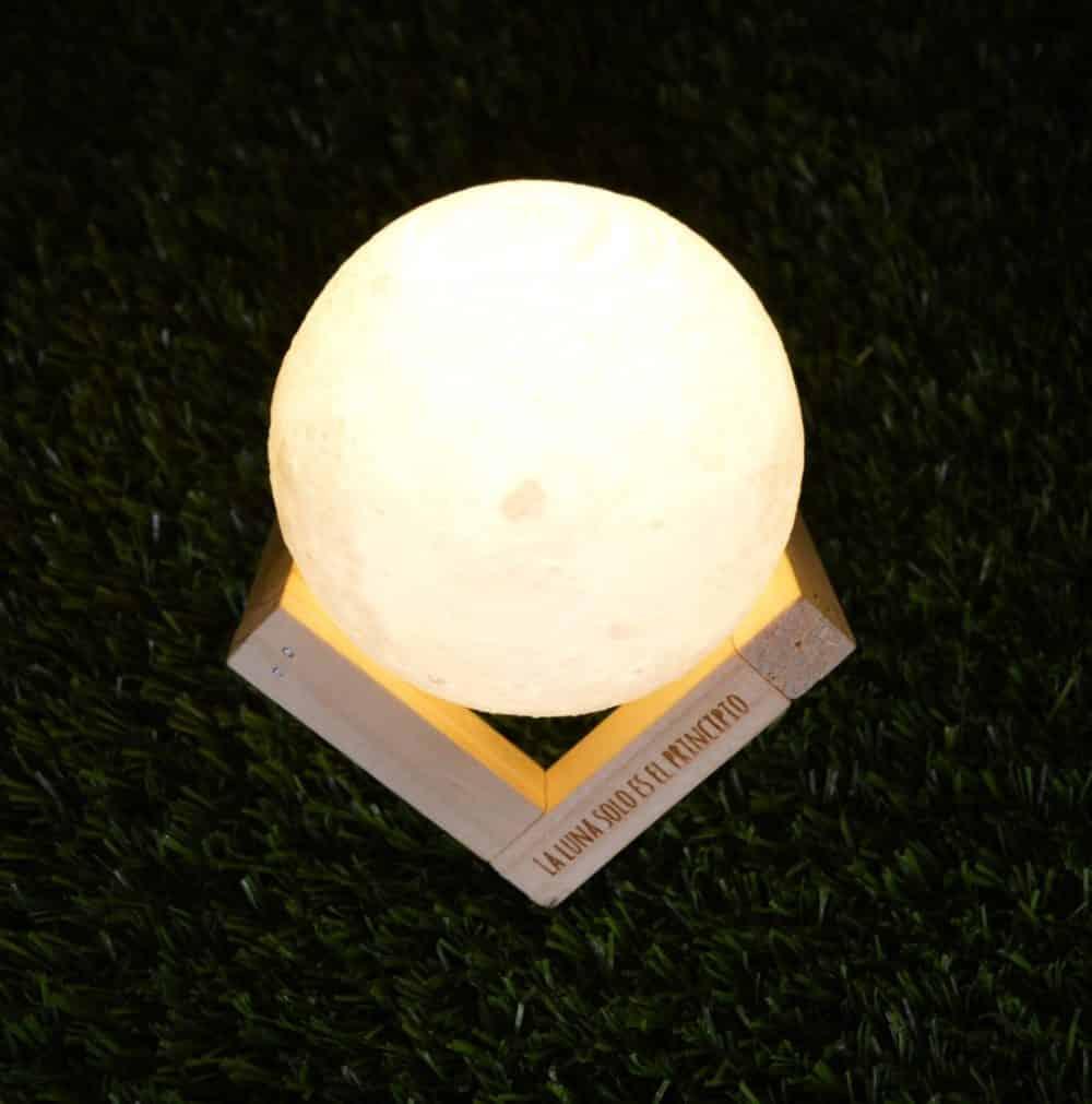 Lámpara de mesa de madera con Luna en 3D